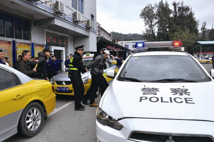 福州公交出租汽车公司举行反恐安全消防演练图片